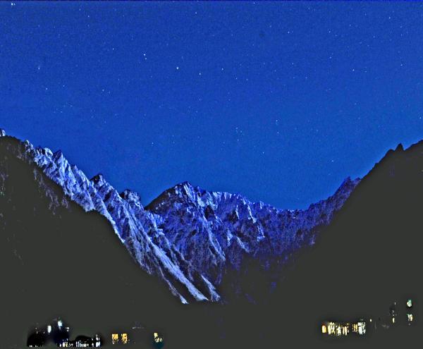 晩秋満月の夜の穂高連峰