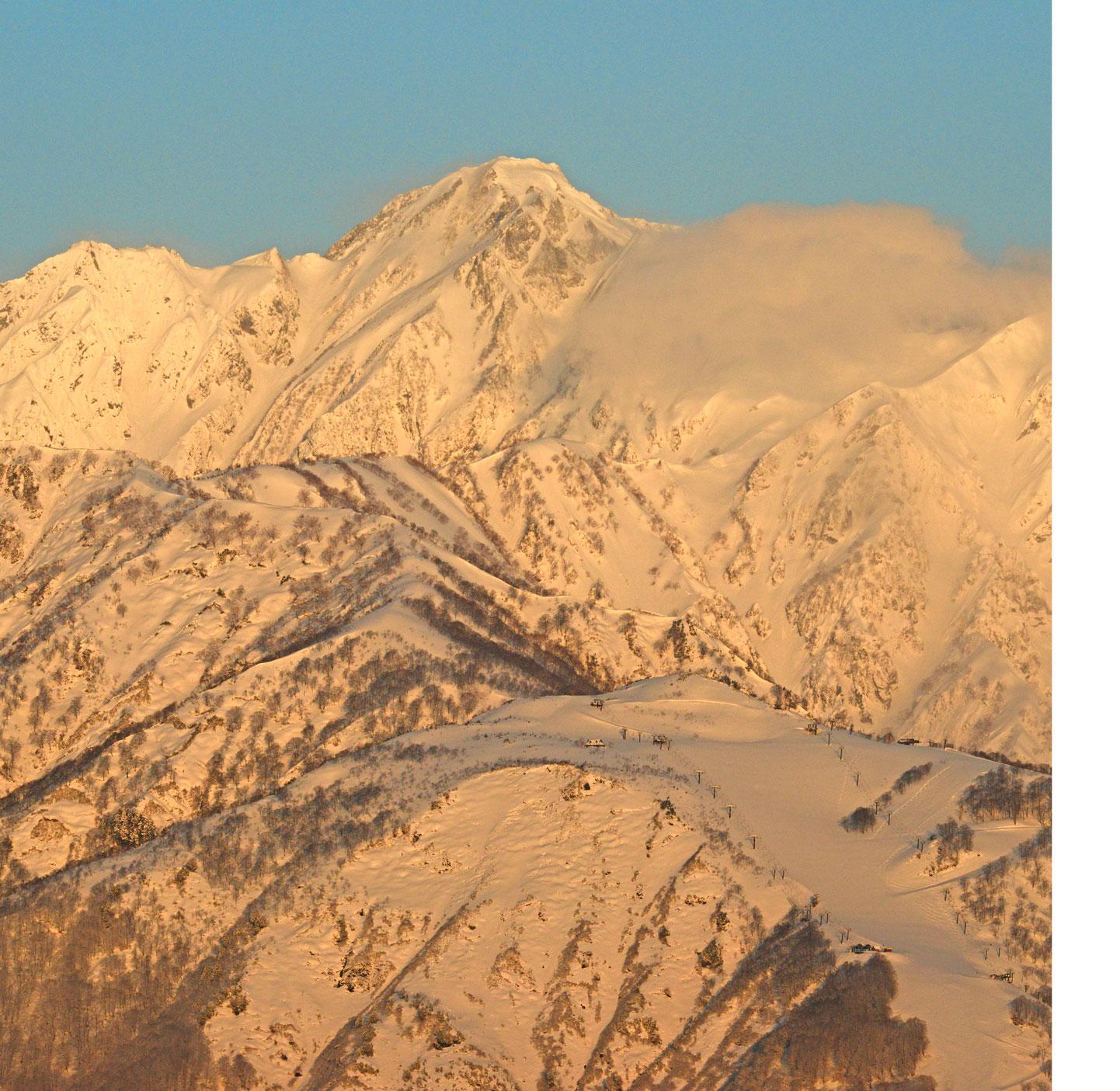 朝日に輝く五竜岳と唐松岳