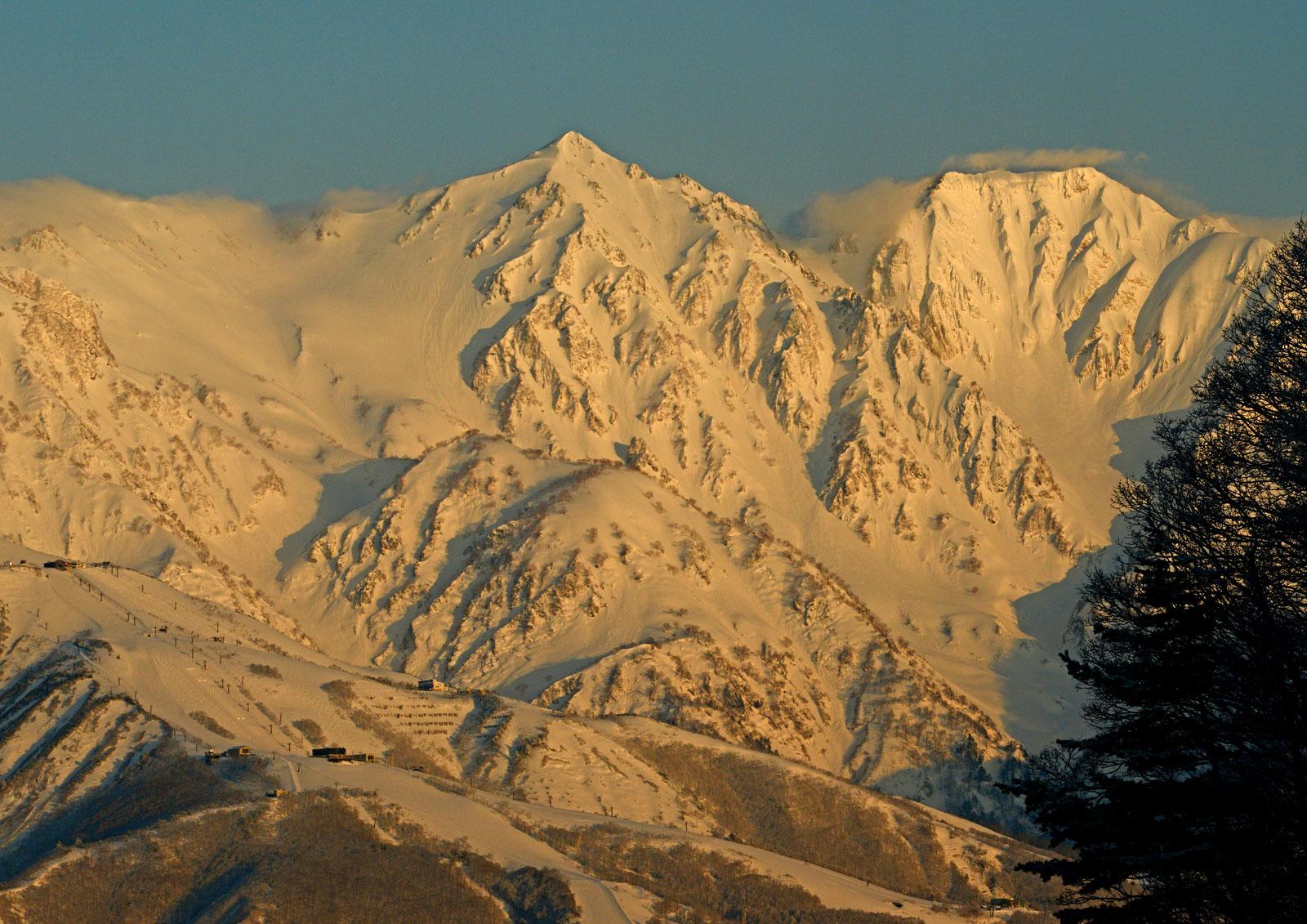朝日に輝く白馬槍岳と杓子岳